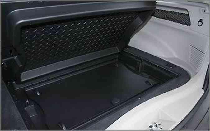 O porta-malas comporta 455 litros e conta com compartimento inferior