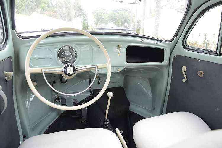 Por dentro, nada de rádio, tampa do porta-luvas e até mesmo saídas de ar no painel - Thiago Ventura/EM/D.A Press