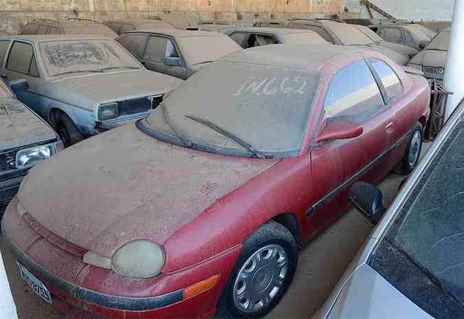 Chrysler Neon Coupe 1995 - É bem difícil de achar pelas ruas, mas está apreendido desde março de 2011(foto: Thiago Ventura/EM/D.A Press)