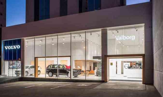Fachada de vidro transparente e translúcido que valoriza o showroom ao centro(foto: Volvo/Divulgação)