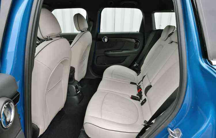 Versão intermediária Cooper S conta com, além do motor mais potente, com todos os itens do modelo de entrada, além de bancos de couro - Mini / Divulgação