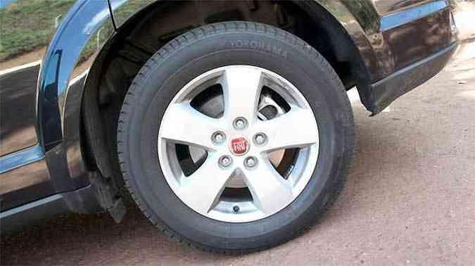 Rodas de liga leve aro 17 polegadas calçadas com pneus 225/65