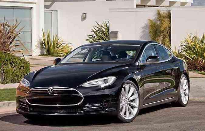 Em 2013, foram licenciadas nos EUA 8.347 unidades do elétrico Tesla S(foto: Tesla/Divulgação)