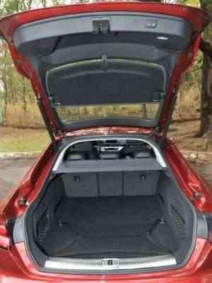Porta-malas tem abertura e fechamento elétricos e volume de 480 litros de capacidade - Jair Amaral/EM/D.A Press