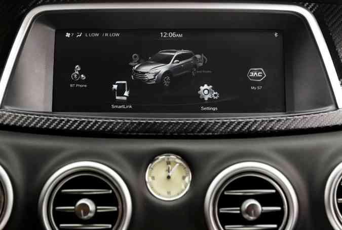 Sistema multimídia tem tela de 10 polegadas e comandos no console central(foto: JAC/Motors/Divulgação)