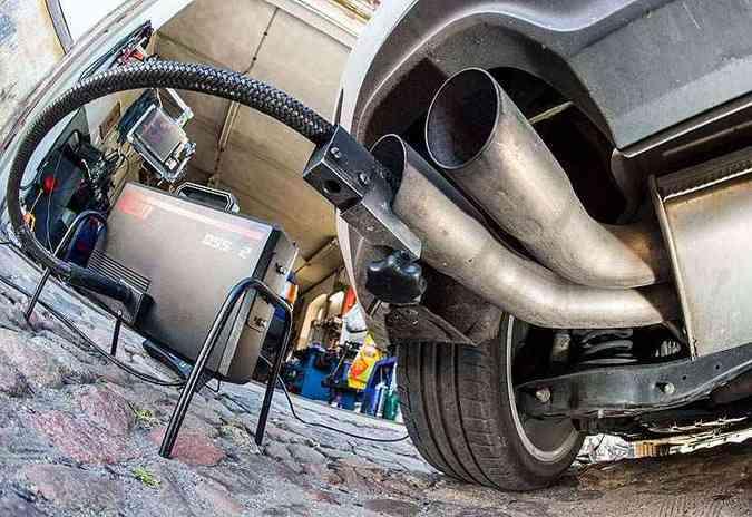 11 milhões de carros a diesel em todo o mundo estão equipados com dispositivos incorporados ao veículo que alteram as informações de emissões de gases poluentes. Na foto, Golf é inspecionado em Frankfurt, na Alemanha(foto: PATRICK PLEUL / AFP )