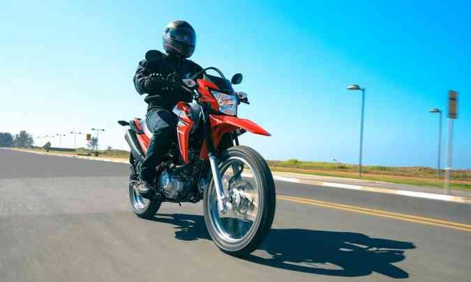 A roda dianteira com aro de 19 polegadas supera melhor as irregularidades(foto: Caio Mattos/Honda/Divulgação)