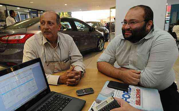 Na companhia do filho Victor, o advogado Antônio Carlos Caldas cota EcoSport na Pisa -  Cristina Horta/EM/D.A Press
