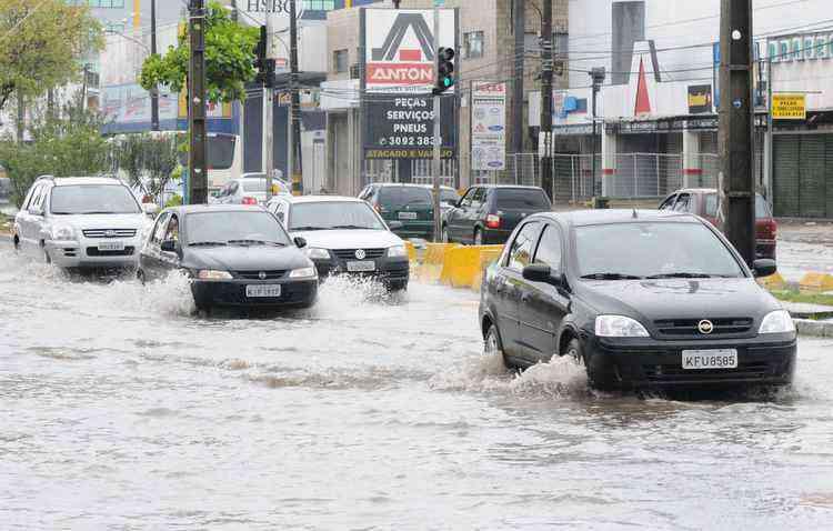 Cuidar da pintura e do estofamento após enfrentar ruas cobertas por água é fundamental para a longa vida do veículo - Edvaldo Rodrigues/DP