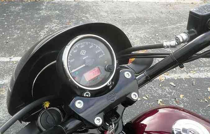 Painel simples, com mostrador solitário, contém informações básicas(foto: Harley-Davidson/Divulgação)