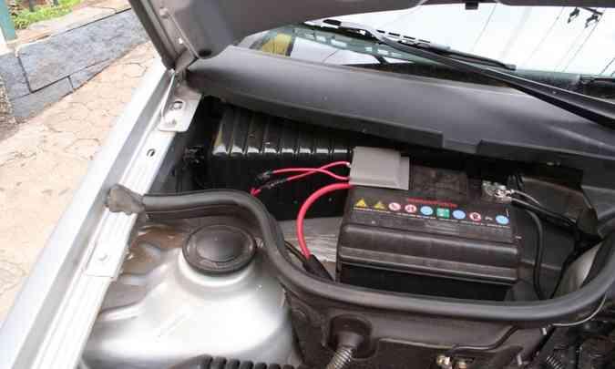 Uma das primeiras consequências do carro parado por muito tempo é a perda de carga da bateria(foto: Marlos Ney Vidal/EM/D.A Press -2/12/05)