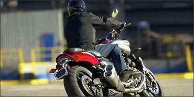 A eletrônica embarcada gerencia o motor e ajuda a baixar a adrenalina - Yamaha/Divulgação