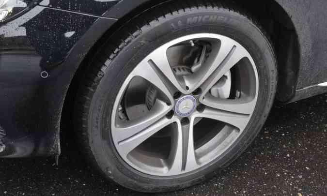 As rodas de liga leve aro 18 polegadas são calçadas com pneus de medida 245/45(foto: Juarez Rodrigues/EM/D.A Press)