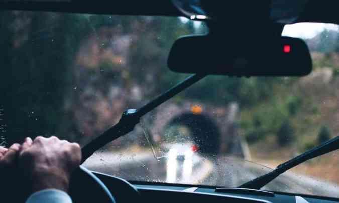 As palhetas do limpador de para-brisa devem estar em boas condições para remover a água do vidro e garantir a visibilidade(foto: Arquivo EM)