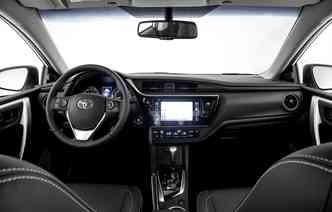 Interior da versão XEi recebeu detalhes em preto para aumentar a sofisticação do veículo. Foto: Toyota / Divulgação