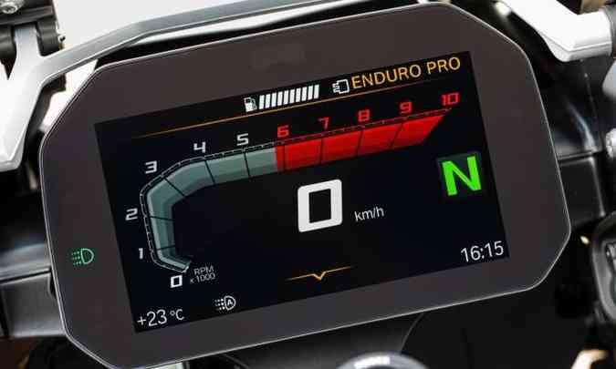 O painel com tela TFT colorida pode mudar de formato e configuração(foto: BMW/Divulgação)