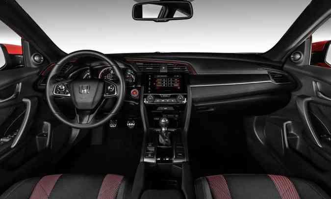 O interior traz detalhes em vermelho no painel, na costura do volante e na iluminação dos instrumentos(foto: Honda/Divulgação)
