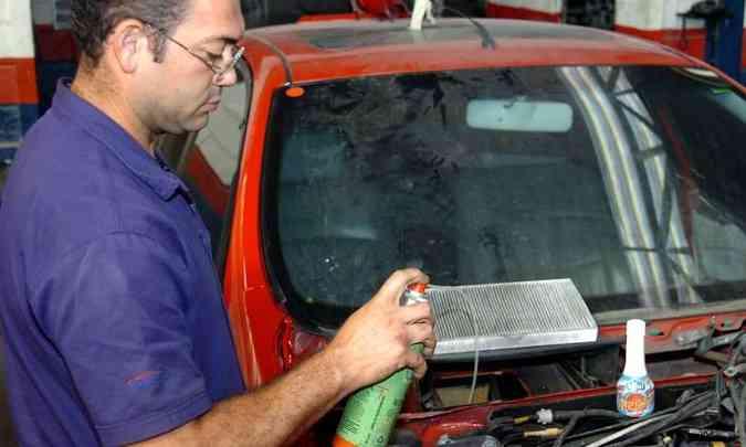 A limpeza ou troca do filtro do ar-condicionado ajuda a eliminar fungos e vírus que causam problemas respiratórios(foto: Juarez Soares/EM/D.A Press - 14/6/07)