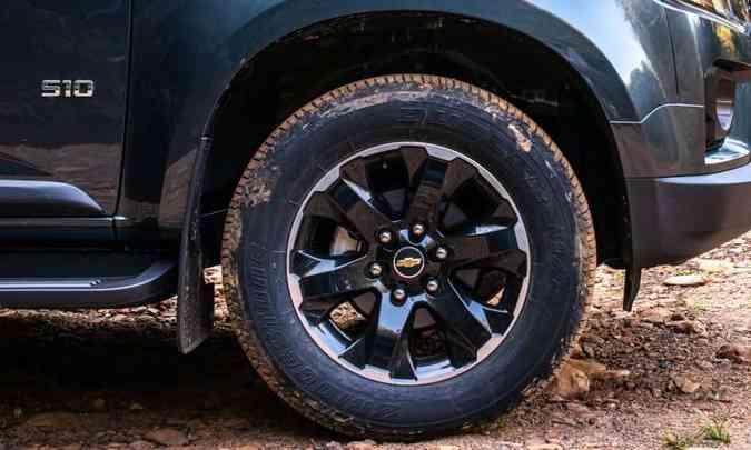As rodas de liga leve de 18 polegadas têm desenho diferenciado para a versão(foto: Jorge Lopes/EM/D.A Press)