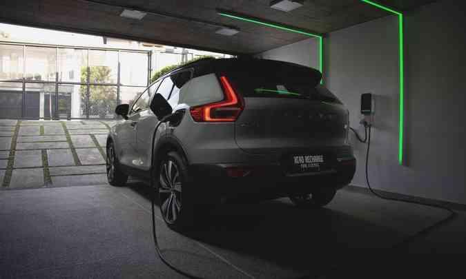 A bateria pode ser recarregada em tomadas residenciais convencionais ou no wallbox(foto: Fábio Aro/Volvo/Divulgação)