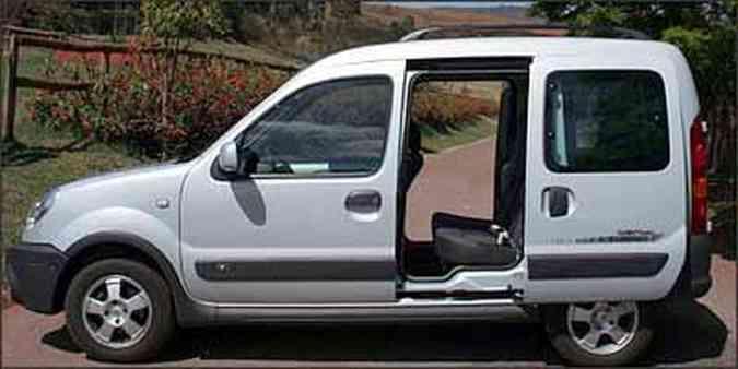 Portas laterais corrediças tornam o carro ainda mais funcional e prático, facilitando o acesso(foto: Fotos: Marlos Ney Vidal/EM/D.A Press - 24/9/08)