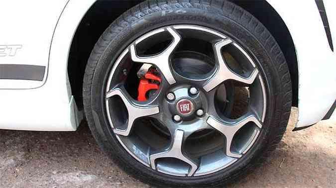 Pinça de freio na cor vermelha chama a atenção na roda do Punto. As belas rodas 17' são calçadas com pneus 205/50 R17(foto: Marlos Ney Vidal/EM/D.A PRESS)