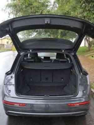 Porta-malas tem tampa com abertura e fechamento elétricos, além de boa capacidade de carga - Juarez Rodrigues/EM/D.A Press